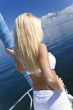 Schöne junge blonde Frau auf einem Segel-Boot Stockbilder