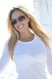Schöne junge blonde Frau auf Plattform eines Segel-Bootes Lizenzfreie Stockfotografie