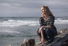 Schöne junge blonde Frau auf Strand Lizenzfreie Stockfotos