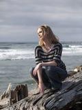 Schöne junge blonde Frau auf Strand Stockfoto