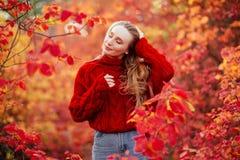 Schöne junge blonde Frau lizenzfreies stockbild