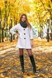 Schöne junge blonde Frau - buntes Herbstporträt Lizenzfreie Stockbilder