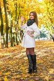 Schöne junge blonde Frau - buntes Herbstporträt Stockfotografie
