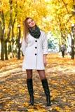 Schöne junge blonde Frau - buntes Herbstporträt Lizenzfreie Stockfotos