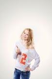 Schöne junge blonde Frau in den Jeans und T-Shirt in Darstellen Daumen oben an Lizenzfreies Stockbild