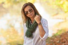 Schöne junge blonde Frau in den Sonnenbrillen Lizenzfreie Stockfotos