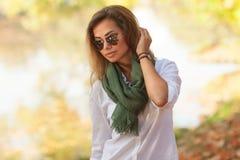 Schöne junge blonde Frau in den Sonnenbrillen Lizenzfreie Stockbilder