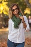 Schöne junge blonde Frau in den Sonnenbrillen Lizenzfreie Stockfotografie