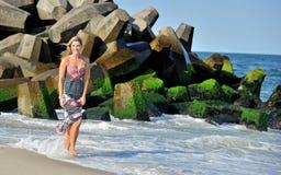 Schöne junge blonde Frau in den sundress auf Strand Stockfotos
