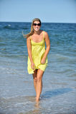 Schöne junge blonde Frau in den sundress auf Strand Stockbilder