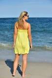 Schöne junge blonde Frau in den sundress auf Strand Lizenzfreies Stockfoto
