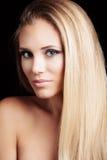 Schöne junge blonde Frau der grünen Augen mit langer straith Gesundheit Stockfoto