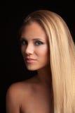 Schöne junge blonde Frau der grünen Augen mit langer straith Gesundheit Stockfotografie