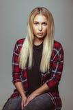 Schöne junge blonde Frau in der zufälligen Ausstattung Lizenzfreie Stockfotos