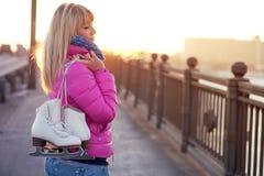 Schöne junge blonde Frau, die auf Brücke geht Lizenzfreie Stockfotos