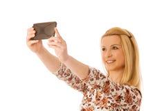 Schöne junge blonde Frau, die das selfie lokalisiert über weißem Ba nimmt Lizenzfreie Stockbilder