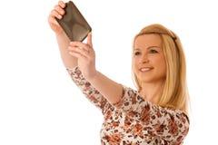 Schöne junge blonde Frau, die das selfie lokalisiert über weißem Ba nimmt Lizenzfreies Stockbild