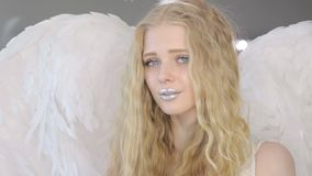 Schöne junge blonde Frau, die an der Kamera aufwirft stock video