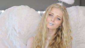 Schöne junge blonde Frau, die an der Kamera aufwirft stock footage