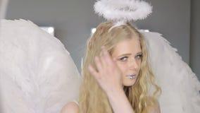 Schöne junge blonde Frau, die an der Kamera aufwirft stock video footage