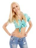 Schöne junge blonde Frau, die die Kamera lächelt und betrachtet Stockbilder
