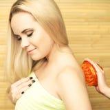 Schöne junge blonde Frau, die Körpermassage empfängt Stockfoto