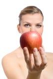 Schöne junge blonde Frau, die roten Apfel anbietet Stockbilder