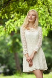 Schöne junge blonde Frau draußen Stockfotografie