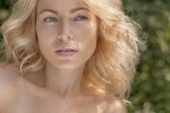 Schöne junge blonde Frau draußen Sonniger Tag Natursommerhintergrund Lizenzfreie Stockfotos
