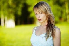Schöne junge blonde Frau draußen Sonniger Tag Natursommerhintergrund Stockfoto