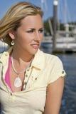 Schöne junge blonde Frau durch das Meer Lizenzfreies Stockbild
