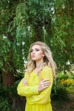 Schöne junge blonde Frau in einem Kleid im Freien Lizenzfreie Stockfotografie
