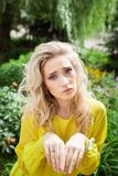 Schöne junge blonde Frau in einem Kleid im Freien Stockbild