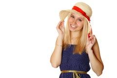 Schöne junge blonde Frau in einem Strohhut Lizenzfreie Stockfotos