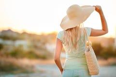 Schöne junge blonde Frau in einem Strohhut Stockbild