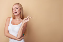 Schöne junge blonde Frau gestikuliert Lizenzfreies Stockbild