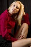 Schöne junge blonde Frau im dunklen Nachtklub Lizenzfreie Stockfotos