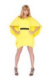 Schöne junge blonde Frau im gelben Kleid Lizenzfreie Stockfotos