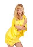 Schöne junge blonde Frau im gelben Kleid Stockfoto