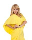 Schöne junge blonde Frau im gelben Kleid Lizenzfreies Stockfoto
