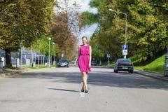 Schöne junge blonde Frau im roten Kleid Lizenzfreies Stockfoto