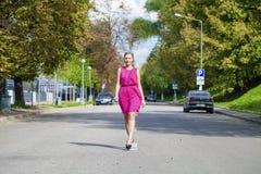 Schöne junge blonde Frau im roten Kleid Lizenzfreie Stockfotografie