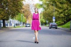 Schöne junge blonde Frau im roten Kleid Stockfoto