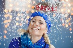 Schöne junge blonde Frau im Schnee Stockbild