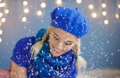 Schöne junge blonde Frau im Schnee Stockbilder