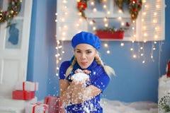 Schöne junge blonde Frau im Schnee lizenzfreies stockfoto