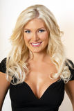 Schöne junge blonde Frau im Schwarzen Stockfotografie