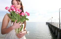 Lächelnde Frau mit Blumenstrauß Meer Lizenzfreie Stockfotos