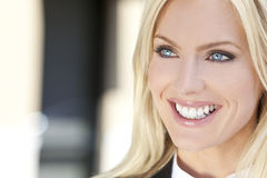 Schöne junge blonde Frau mit blauen Augen Stockfotos
