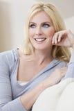 Schöne junge blonde Frau mit blauen Augen Lizenzfreie Stockbilder
